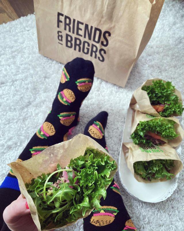 Mainos: @promoty.fi @friendsandbrgrs   BURGERIT KETOTYYLIIN 🍔  Testasin Friends & Brgrsin herkullisia hampurilaisia ketotyyliin eli sämpylöiden sijasta pihvit kääritään salaatinlehtiin. Salaattikansien kanssa kaikki maut tulevat paljon paremmin esiin ja ovathan ne myös kevyempi vaihtoehto sämpylöille 🥬  Testasin ja rakastuin näihin:   🍔 Classic Brgr. 🍔 Cheese & Onion Brgr. 🍔 Aioli Brgr. 🍔 Halloumi Brgr.  Rakastan Friends & Brgrs:in hamppareissa erityisesti kastikkeita – ne ovat niin maukkaita ja yhdessä tuoreen nauhanlihapihvin kanssa burgeri on kyllä melkoinen makujen ilotulitus suussa 😋  Friends & Brgrs:in raaka-aineet ovat aina vähintään 95% kotimaisia ja esimerkiksi kaikki soossit tehdään suomalaisista kanamunista ilman säilöntäaineita. Ranskalaiset valmistetaan tuoreista perunoista ja hamppareissa ei käytetään mitään pakasteita 😍  Oletko sinä syönyt Friends & Brgrsin hamppareita? Ruoat voi tilata suoraan kotiin myös Woltin kautta ja koodilla NIW0 saat kolme tokenia 🍔😋🥬  Lue lisää Diiskuneiti-blogista. Linkki löytyy profiilista 🤩  #friendsandbrgrs #ad