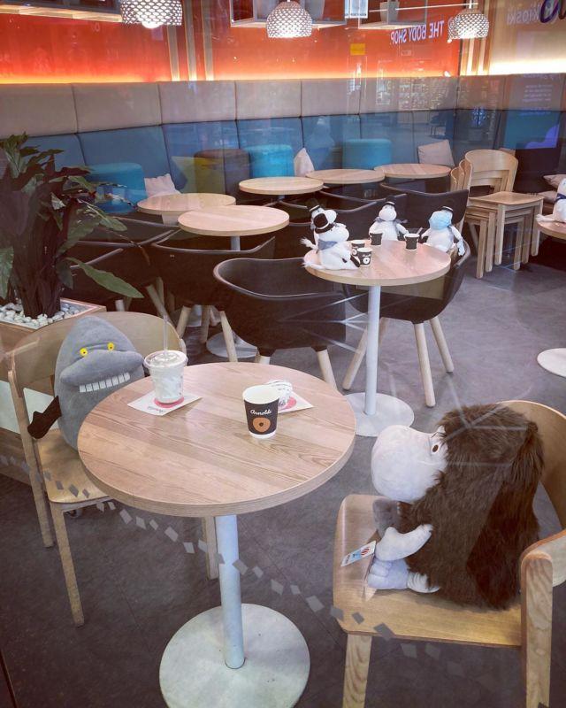 Jos mulla olisi oma kahvila, niin mun asiakkaat olisivat ehdottomasti Muumeja 🙈😍  Kiitos piristävästä näystä @hansakortteli @arnolds_fi @moominofficial 🥰