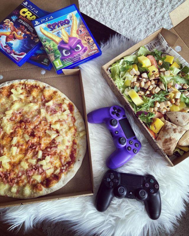 Mainos: @raxravintolat 🍕  Pääsin testaamaan Raxin uutta KotiBox tilausvalikoimaa siskoni kanssa. Päätettiin pitää peli-ilta ja haimme herkut Raxin ravintolasta 🎮  Rax on varmasti monelle tuttu ja legendaarinen ravintola. Jo pelkkä Raxin lausuminen nostaa itselleni mieleen punaisen tunnelman ja nenä muistaa lapsuudesta huumaavaan pizzan tuoksun 🍕  Rax on lanseeranut KotiBox nimisen tilausmenun jossa annokset tehdään tuoreena tilauksesta asiakkaalle eli esim. pizzat ovat uunituoreita. KotiBoxin annokset on tarkoitettu mukaan otettaviksi 🥗  KOTIBOX VALIKOIMAAN SISÄLTYY:  🍕Pizzat (myös vege ja gluteeniton). 🍕Pizzataskut. 🍕Splitti-pizzat. 🍕Wingsit. 🍕Pikku purtavaa esim. kanarenkaita, mozzarellatikkuja yms! 🍕Raikkaat salaatit. 🍕Raxin suosikit eli boxit joissa mukana mm. raneja, lihapullia, nakkeja, sipulirenkaita yms!  Kurkkaa Diiskuneiti-blogista mitä herkkuja me tilasimme ja jos rakastat Raxin pehmistä, niin siitäkin on lisää artikkelissa 😉🍦   KotiBox tuotteet voi tilata kätevästi kotiin myös Woltin tai Foodoran kautta 🚴♀️  Oletko kokeillut jo Raxin KotiBox annoksia? 🍴   ➡➡➡ Lue lisää Diiskuneiti-blogista (linkki profiilissa) 🙂  @vaikuttajamedia  #raxravintolat #raxkotibox #raxpizzabuffet #goldenrax