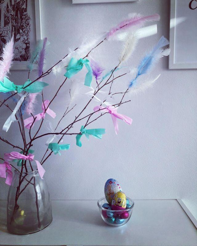 Aurinkoista palmusunnuntaita ☀️  🐣Tykkäätkö mämmistä?  🐣Mitä syöt pääsiäisenä?  🐣Oletko virponut ja miksi hahmoksi halusit aina pienenä pukeutua?  🐣Montako suklaamunaa menee pääsiäisenä? 🐣Paras pääsiäisdrinkki? 🐣Käytkö pääsiäisenä kirkossa?  🐣Mikä on parasta pääsiäisessä?   Diiskuneiti-blogista löytyy pääsiäisaskartelua ja ihanaa pääsiäistunnelmaa 🐰🌸