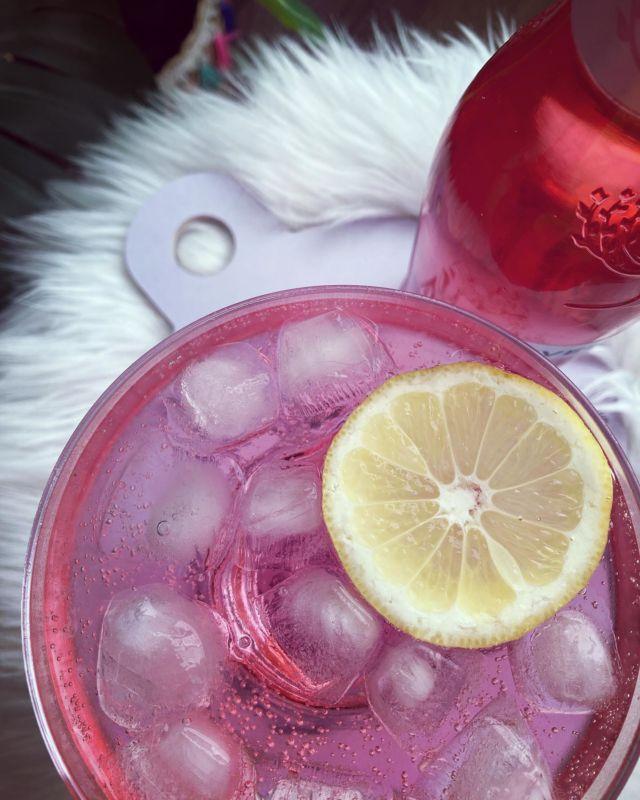 TAIKURIN PUNSSI 🎩🐈⬛  Muistatteko Muumeista sen jakson jossa Muumimamma tarjoaa taikurille itse valmistamaansa punssia? Taikuri mainitsee jaksossa, että onpa hyvää punssia ja että hän ei ole juonut punssia 85-vuoteen 😃  Sain PR-näytteenä testiin Fever-treen uutta vadelma & raparperi tonic-vettä ja loihdin siitä drinkin jossa alkoholina käytin Kyrö Distilleryn Pink Gin -giniä 🍓  Vadelmaisesta ja raikkaasta mausta tulee mieleen ihan Muumimamman vaapukkamehu - joten tämä drinkki sai nimekseen Taikurin punssi 😅  ➡➡➡ Nappaa drinkkiresepti talteen Diiskuneiti-blogista 🍸