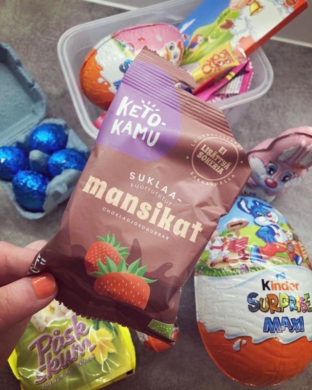 SWEET LIKE CANDY 🍫  Tänä pääsiäisenä päätin etten aio syödä yhtäkään suklaamunaa 🤭  Mulla tulee sokerista useasti huono olo ja vatsa kipeäksi, joten en kaipaa kyseisestä fiilistä. Vaikka hetken suupala maistuu taivaalliselta - niin ei se ole sen arvoista 🍭  Onneksi kaupasta löytyi mulle myös sokerittomia herkkuja - sillä nämä @ketokamu suklaamansikat vievät kielen mennessään 😋  Kannattaa kokeilla jos haluat välillä herkutella vähän terveellisemmin ja ilman sokerihumalaa 😃🍬  Kuinka monta suklaamunaa sulla on mennyt tänä pääsiäisenä? 🙈