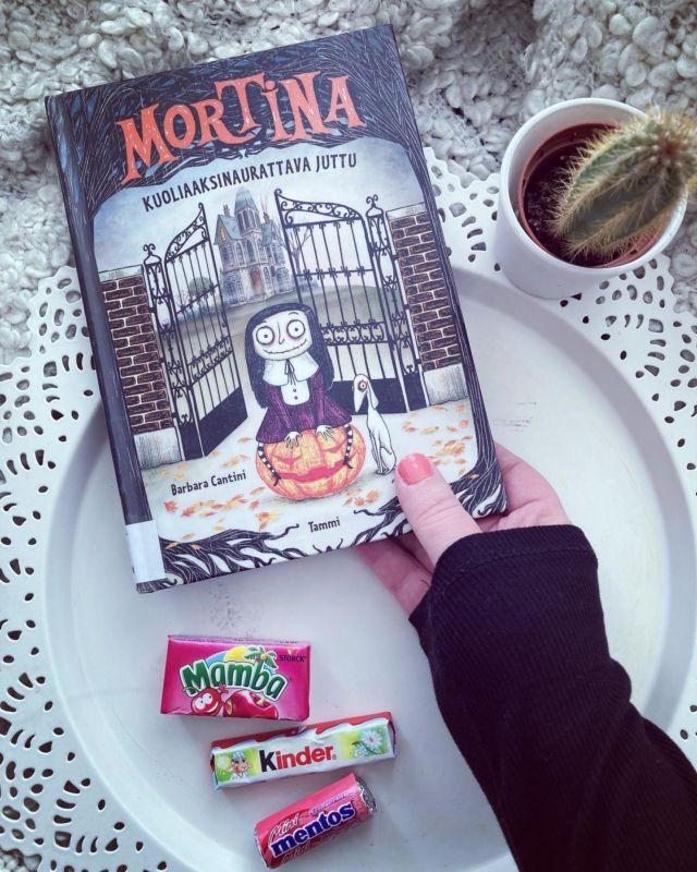 ZOMBITYTTÖ MORTINA 🧟♀️  Lasten-, ja nuorten Mortina-kirjasarja on aivan ihana. Kirjasarjan on kirjoittanut ja kuvittanut Italialainen Barbara Cantini. Kirjasarjan kuvitus on todella upea ja kuvien yksityiskohtia on kiva tutkia 📚  Mortina asuu tätinsä Tuonin ja koiransa kanssa aavemaisessa Villa Tuonelassa. Kyläläiset luulevat, että Tuonela on autiotalo ja monet pitävät Villaa kummitustalona. Mortina haluaisi kauheasti leikkiä kylän lasten kanssa, mutta Tuoni-täti ei anna, koska lapset saattaisivat pelätä Mortinaa ja heidät voitaisiin häätää pois talostaan 😊  Kirjasarjaan kuuluu tällä hetkellä neljä osaa:  🧟♀️Mortina ja kuoliaaksinaurattava juttu. 🧟♀️Mortina ja loma Lumolammella. 🧟♀️Mortina ja ällöttävä serkku. 🧟♀️Mortina ja aavepoikakaveri.  Onko Mortina-kirjasarja tuttu? Mä rakastuin kirjasarjaan ensisilmäyksellä ja se on myös lapsille todella mielenkiintoinen, koska kummitukset ja kepeät kauhujutut kiinnostavat aina pieniä 👻  Lue kirjasarjasta lisää Diiskuneiti-blogista 🤩  @vaikuttajamedia