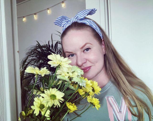 FRIYAY 🌼  Lumisateesta huolimatta ihanaa viikonloppua just sulle 💕  Ostan joka viikko itselleni kukkasia piristykseksi, tosin välillä tuhoan ja leikkaan ne blogikuviin 😁  Mutta suosittelen kokeilemaan - kukkapuska piristää aina mieltä ja kotia 🌸