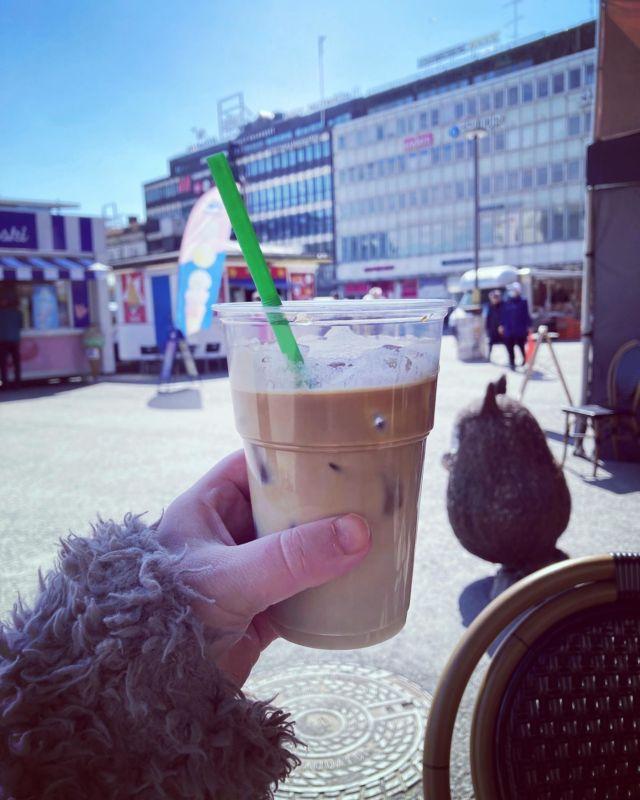 ICE COFFEE ☕️  Kevään ekat jääkahvit torilla check @cafeeino ✔️  PS. kotibaristoille tiedoksi, että Alkosta voi ostaa sokerittomia makusiirappeja jääkahvin sekaan 🍭