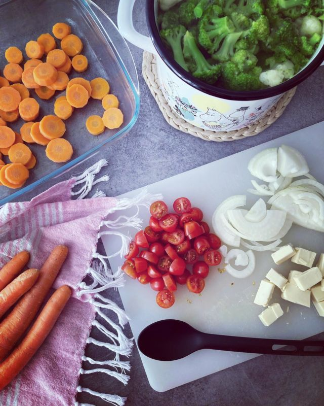 🥦🥕🧄🧀🧅  Diiskuneiti-blogista löytyy juustoisen kasvisgratiinin resepti 😋  Kasvisgratiini on mainio lisuke riisin, pastan ja perunan korvikkeeksi ja teenkin aika usein ison satsin gratiinia jääkaappiin 🍴  Tämä resepti on todella helppo ja nopea - sillä tässä ohjeessa käytetään pakaste kukka-,ja parsakaalia 🤭  Resepti sopii gluteenittomaan ja vhh-ruokavalioon. Tällä saa helposti lisätty kasviksia ruokailuihin 🥕  Linkki reseptiin löytyy profiilista tai hyppää: https://diiskuneiti.vaikuttajamedia.fi 🎀