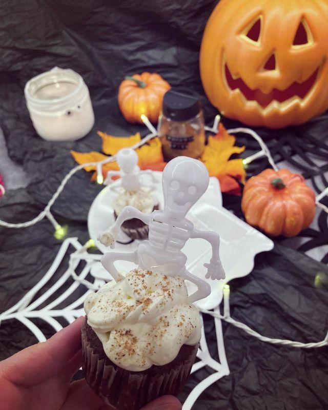 🎃👻😋🧁  Halloween on pian täällä ja tässä tulee todella herkullisten suklaamuffinssien resepti – joka sopii ketogeeniseen-, ja gluteenittomaan ruokavalioon 🧁  Jauhoina käytetään kookos-, ja mantelijauhoa, mutta muffinssit maistuvat kuin vehnäjauhoista tehdyiltä nam! Tällä reseptillä tulee noin 9 isoa muffinssia 😋  Suklaamuffinssit kruunaa syksyinen Pumpkin Spice -kuorrute 🎃  Resepti löytyy Diiskuneiti-blogista (linkki profiilissa tai kirjoita googleen Diiskuneiti) 💀