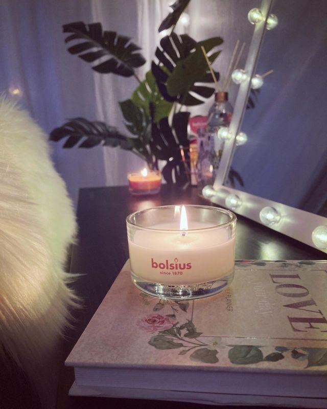 🕯✨⭐️💫  Mainos: @bolsius.international 🕯  Luksusta arkiaamuihin ja pimeneviin syysiltoihin Bolsiuksen kynttilöillä ✨  Tokmannilta löytyy mahtava valikoima edullisia Bolsiuksen kynttilöitä ⭐️  Bolsiuksen valikoima on todella laaja aina kattaus-, pöytä-, ja tuoksukynttilöistä huonetuoksuihin 🌸  Bolsiuksen kynttilät valmistetaan luonnollisista uutteista ja valmistuksessa noudatetaan tiukkoja laatustandardeja 🔥  Bolsius pyrkii käyttämään mahdollisimman vähän valmistuksessa eläinrasvaa ja esim. heidän True Freshness -sarjassa ei ole laisinkaan palmuöljyä tai eläinrasvaa! 🥰  Mun lempparituoksut ovat tällä hetkellä makea mango ja raikas fresh breeze 🌬 Seuraavaksi aion kokeilla ehdottomasti omena-kanelin 🍎🎅🏻🙈  #huonetuoksu  #tuoksutikut  #tuoksukynttilä  #tuoksutuikut  #bolsius  #ad #dealfrompromoty