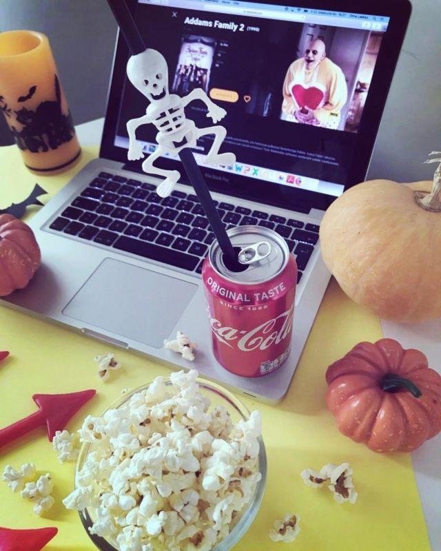 👻🎃💀🤡🍿🎬  BOO! Kummitusten ulinaa ja mörköjen murinaa - halloween on kohta taas täällä 🎃  Kerätkää perhe kokoon ja järjestäkää hurja elokuvailta, josta lapset ja nuoret innostuvat varmasti 🎬  Valmistakaa ensin yhdessä söpöjä halloween-sormisyötäviä, askarrelkaa muutama halloween-lyhty, pukeutukaa karmivasti ja asettukaa television ääreen 🍿  Diiskuneiti-blogista löytyy kaksikymmentä koko perheelle sopivaa halloween-elokuvaa: https://diiskuneiti.vaikuttajamedia.fi 👻  Mun TOP 3 lempparit:   🎬 Hocus Pocus. 🎬 Casper. 🎬 Addam's Family.  Kommentoi alle sun lemppari halloween-leffa 👇🏻